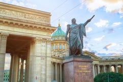 Monumento al mariscal de campo Prince Mikhail Kutuzov cerca de la catedral de Kazán en St Petersburg, Rusia Foto de archivo
