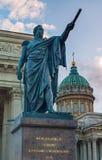 Monumento al mariscal de campo Prince Mikhail Kutuzov en el fondo de la catedral de Kazán en St Petersburg, Rusia Imagen de archivo libre de regalías