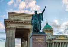 Monumento al mariscal de campo Prince Mikhail Kutuzov en el fondo de la catedral de Kazán en St Petersburg, Rusia Imágenes de archivo libres de regalías