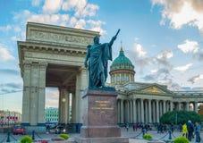 Monumento al mariscal de campo Prince Mikhail Kutuzov en el fondo de la catedral de Kazán en St Petersburg, Rusia Fotografía de archivo