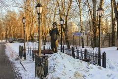 Monumento al poeta ed allo scrittore russi Andrey Bely in Kuchino, regione di Mosca Immagine Stock