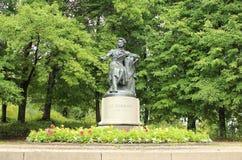 Monumento al poeta famoso russo Alexander Pushkin situato in Pushkinskiye sanguinoso, oblast di Pskov, Russia fotografia stock