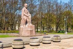 Monumento al poeta y al escritor nacionales letones Janis Rainis en el parque de Riga Fotos de archivo libres de regalías
