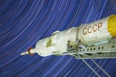 Monumento al razzo di Soyuz Terza fase Veicolo spaziale con equipaggio Fondo di Startrails fotografia stock