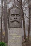 Monumento al sacerdote Sava Karamfilov del héroe nacional situado en la ciudad búlgara Burgas en el jardín del mar Foto de archivo