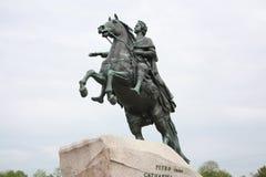 Monumento al zar Peter el grande en un pedestal fotografía de archivo