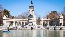 Monumento Alfonso XII e lago di canottaggio Fotografie Stock Libere da Diritti