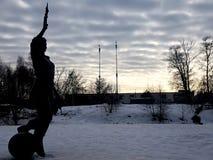 Monumento all'artista dalla parte posteriore contro il cielo nelle nuvole fotografia stock