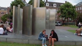 Monumento anti del fascismo en el cuadrado del museo en Amsterdam - AMSTERDAM - LOS PAÍSES BAJOS - 19 de julio de 2017 almacen de metraje de vídeo