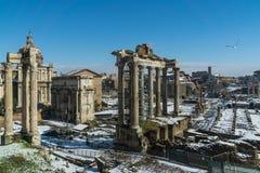 Monumento antiguo con la nieve imágenes de archivo libres de regalías
