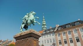Monumento ao bispo Absalon - fundador de Copenhaga no quadrado de Hobro vídeos de arquivo