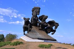 Monumento ao carro legendário do cossaco, simbolizando a vitória na luta contra os invasores fotografia de stock
