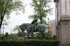 monumento ao czar Alexander na frente do pal?cio em Petersburgo imagens de stock