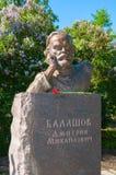 Monumento ao escritor Dmitry Balashov do russo no parque no dia ensolarado do verão em Veliky Novgorod, Rússia Fotos de Stock