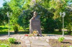 Monumento ao escritor Dmitry Balashov do russo no parque no dia ensolarado do verão em Veliky Novgorod, Rússia Imagens de Stock Royalty Free