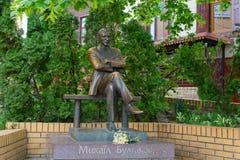 Monumento ao escritor famoso Mikhail Bulgakov na descida de Andreevsky da rua kiev imagens de stock royalty free