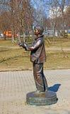 Monumento ao fotógrafo do menino com uma câmera de que um fli do pássaro Fotografia de Stock Royalty Free