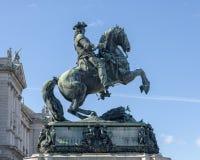 Monumento ao príncipe Eugene do couve-de-milão, com o palácio de Hofburg da asa do Burg de Neud no fundo, Viena, Áustria imagem de stock