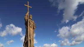 Monumento ao príncipe santamente Vladimir o grande no quadrado de Borovitskaya em Moscou perto do Kremlin, Rússia filme