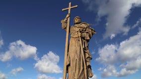 Monumento ao príncipe santamente Vladimir o grande no quadrado de Borovitskaya em Moscou perto do Kremlin, Rússia video estoque