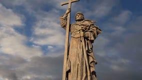 Monumento ao príncipe santamente Vladimir o grande no quadrado de Borovitskaya em Moscou perto do Kremlin, Rússia vídeos de arquivo