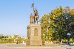 Monumento ao príncipe Vladimir e Saint Fedor em Vladimir O ins imagens de stock