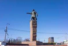 Monumento ao regulador Andrei Dubensky contra o céu azul, na rua da cidade de Krasnoyarsk fotografia de stock