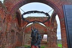 Monumento aos defensores da fortaleza no templo arruinado na fortaleza Oreshek perto de Shlisselburg, Rússia Fotografia de Stock