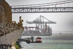 Monumento AOS Descobrimentos und 25. April-Brücke Stockfotos