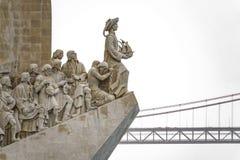Monumento AOS Descobrimentos und 25. April-Brücke Stockbilder