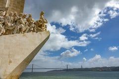 Monumento AOS Descobrimentos und 25. April-Brücke Weitwinkel Lizenzfreies Stockfoto