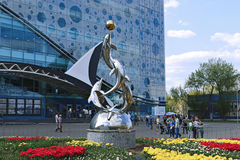 Monumento aos golfinhos que jogam com uma bola Imagem de Stock Royalty Free