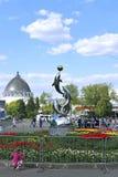 Monumento aos golfinhos que jogam com uma bola Imagens de Stock Royalty Free