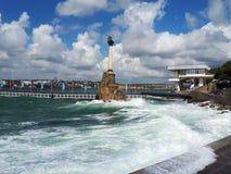 Monumento aos navios andados rapidamente durante uma tempestade pequena, baía do Mar Negro, Sevastopol, Crimeia imagem de stock