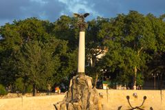 Monumento aos navios inundados e ao passeio no por do sol foto de stock