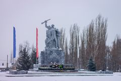 Monumento aos soldados soviéticos na praça da cidade Arquitectura da cidade do inverno Imagem de Stock