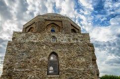 monumento arquitectónico Pedra velha do mausoléu muçulmano em um fundo do céu azul Imagens de Stock Royalty Free