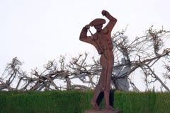 Monumento arrugginito del metallo al torero vicino all'arena famosa a Ronda Plaza de Toros divertente fotografia stock libera da diritti