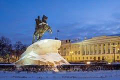 Monumento bronzeo del cavallerizzo a Peter le grande sul quadrato del senato a St Petersburg nell'inverno Fotografie Stock