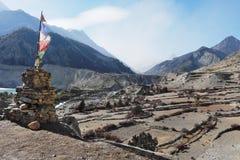 Monumento budista com uma bandeira e uma vista das montanhas Imagem de Stock