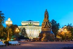 Monumento a Catherine II, teatro de Alexandrinsky en el backgroun Imagen de archivo libre de regalías