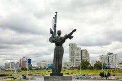 Monumento cerca de construir el museo Belorussian de la gran guerra patriótica en Minsk, Bielorrusia fotografía de archivo libre de regalías