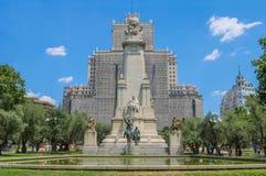 Monumento Cervantes im Voraus Ist hinten das Edificio España unter Wiedergutmachungen Trieb im Juli 2018 stockfotos