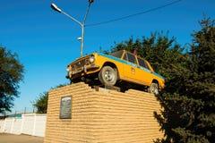 Monumento - coche retro de la policía rusa Imagenes de archivo