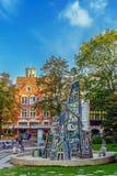 Monumento com a arte moderna feita do vidro e dos espelhos Bruges, Belg Foto de Stock