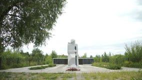 Monumento commemorativo alle protezioni della patria durante la seconda guerra mondiale in villaggio russo video d archivio