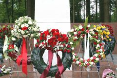 Monumento commemorativo con i fiori ad un cimitero Fotografia Stock Libera da Diritti