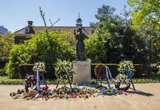 Monumento commemorativo con le corone floreali Fotografie Stock Libere da Diritti