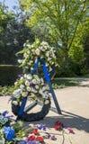 Monumento commemorativo con le corone floreali Fotografia Stock