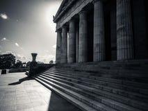 Monumento con le colonne in bianco e nero Fotografia Stock Libera da Diritti